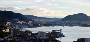 Panorama Bergenu - výšková budova v zálivu je střed kampusu NHH, autor: Lukáš Marek