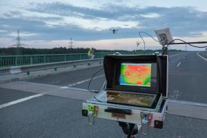 Monitor přenášející online obraz z termovize na dronu